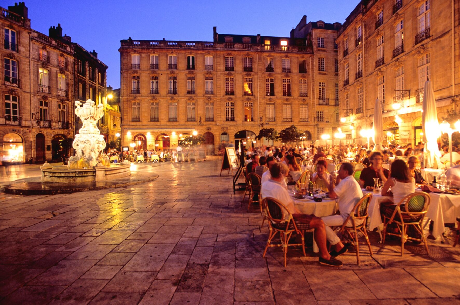 bordeaux-square-at-night